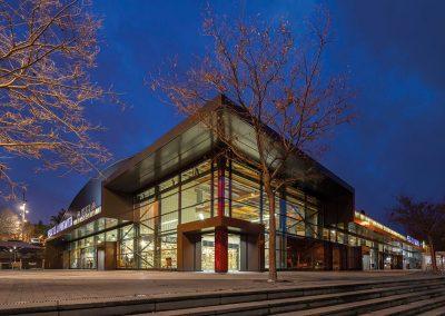 Visión nocturna del edificio como caja de luz