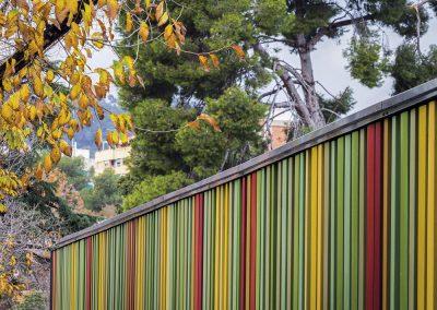 Los múltiples colores en los que está lacada la chapa hacen referencia al colorido de la montaña
