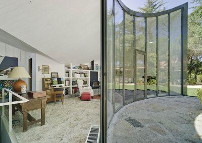 Gran estancia abierta que comunica con el jardín