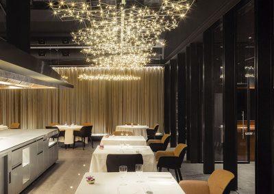 Para el ambiente lumínico de la sala se ha trabajado con el diseñador Pete Sans