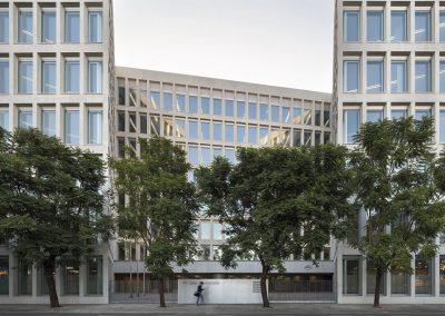 La edificacion define las alineaciones de las calles sin perjudicar a los edificios vecinos