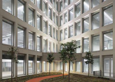 La fachada modulada continua al plegarse genera espacios abiertos y arbolados