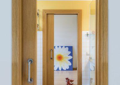 Baño secundario, espacio cálido y juvenil