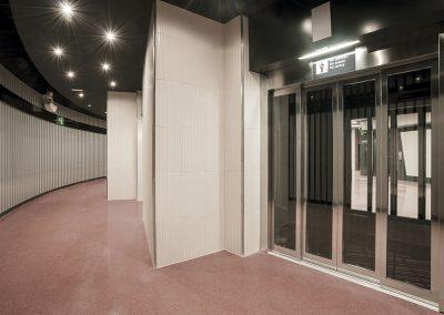 Se retranquea cada ascensor respecto al otro para conformar ámbitos de llegada