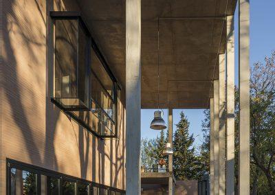 Una doble altura enmarca la fachada a través del pórtico de finas columnas de hormigón