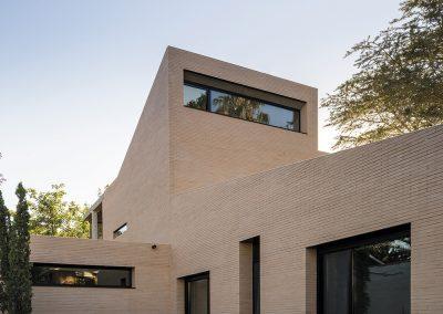 Los muros están compuestos de dos capas sólidas interconectadas de ladrillo que actuaban tanto como suporte estructural para la casa como cerramiento energético
