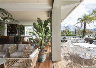 La zona de terraza está elevada sobre el paseo maritimo y permite conectar con la playa y el mar a nivel visual