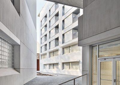El espacio público se filtra entre los edificios