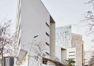 El edificio se compone de un zocalo para usos públicos y sociales y tres volúmenes destinados a viviendas