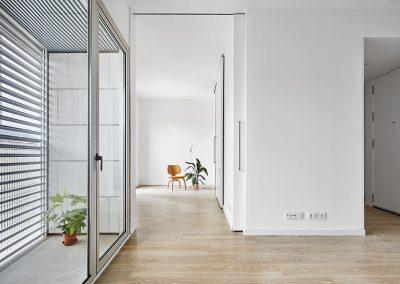 Los espacios de vivienda se organizan alrededor de un núcleo central que alberga un baño