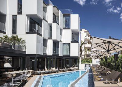 Los espacios exteriores han sido dotados de abundante vegetación y una pequeña piscina para mejorar la visual desde el exterior y aislar acústica y climaticamente