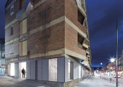 La expresión de la nueva fachada resalta dentro del cuerpo de ladrillo y piedra