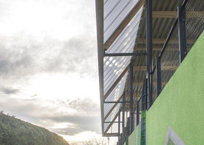 Ligeros pilares de acero sirven de soporte a una cubierta de vigas y correas de madera laminada