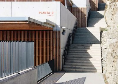 Edificio escalonado en diferentes niveles al estar situado en una parcela de gran desnivel