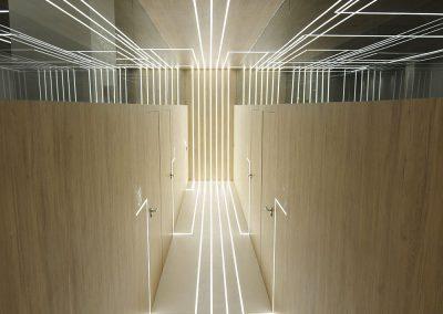 El suelo es un paño sin juntas de microcemento blanco y las paredes son de madera de roble blanqueada