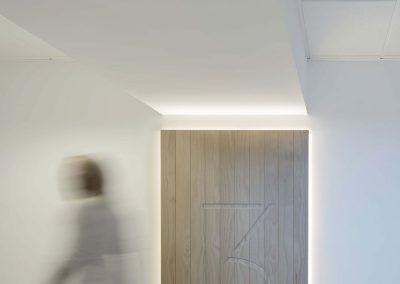 Al acceder al edificio la madera nos acompaña en los revistimientos del hall