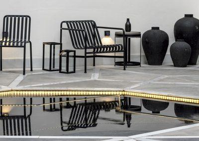 Muebles en hierro lacado en negro y grupos de vasijas de cerámica negra