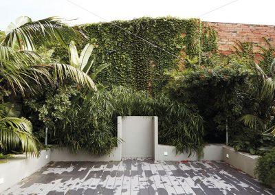 El proyecto incorpora un banco perimetral que marca el proyecto, siguiendo la jardinera la misma forma