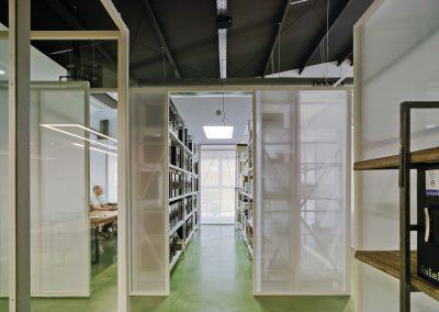 La transparencia en la actividad y la transmisión de luz entre los espacios se ha logrado gracias a mamparas y paneles de vidrio
