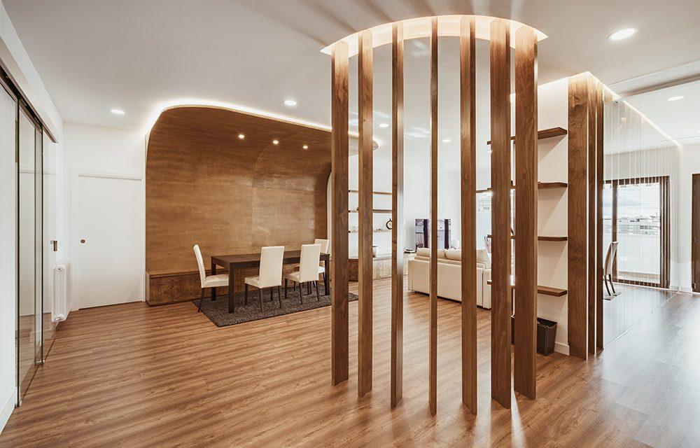 OOIIO apuesta por transmitir sensaciones a través de la arquitectura reformando un apartamento en Madrid.