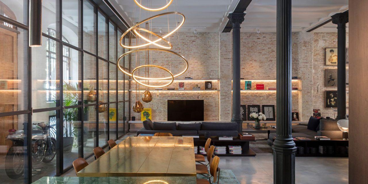 Kirsten Schwalgien Design transforma la planta baja de una joya modernista en un loft residencial