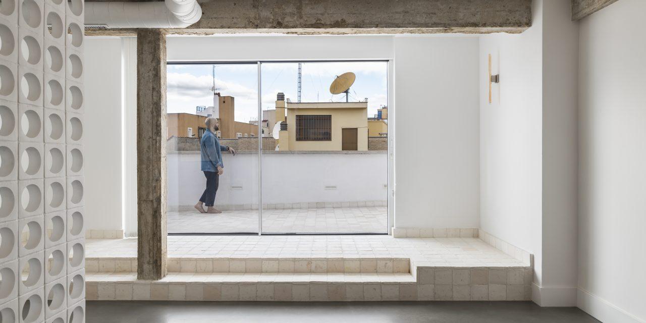 Bruno Lavedan reinterpreta un ático de los años 70 en Madrid con luz, hormigón y barro