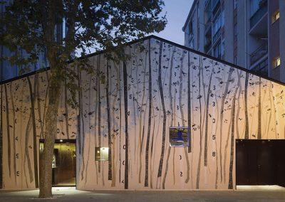 El proyecto ha transformado una antigua nave industrial de 800 m2. La intervención pictórica de la fachada es de Regina Saura