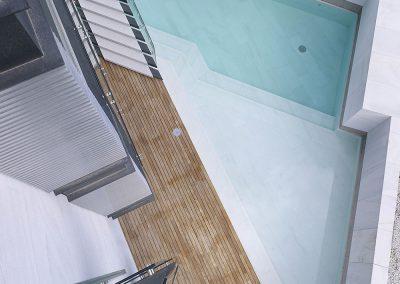 Vista cenital de la piscina en el acceso al edificio y vista parcial del detalle que resuelve el perímetro de las terrazas