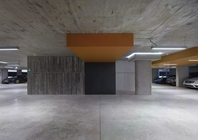 Se han tratado los accesos desde el aparcamiento con la misma nobleza que el resto del edificio