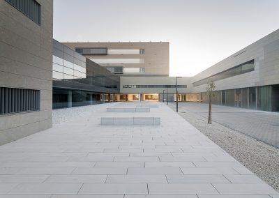 El acceso al hospital se realiza de forma sencilla e intuitiva desde la plaza