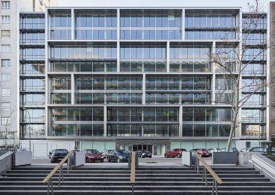 El cuerpo central de la fachada, revestido en acero inoxidable, tiene una geometría característica que confiere identidad al edificio