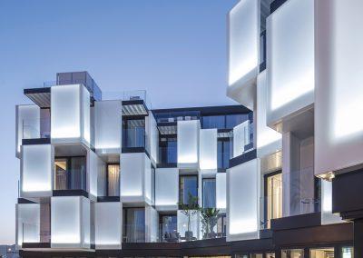Nueva imagen al conjunto con una fachada minimalista blanca encalada y vidriada