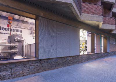 Grandes ventanas enseñan las calderas de biomasa y los acumuladores de geotermia