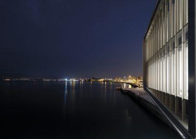 Vista noctura iluminando la bahía