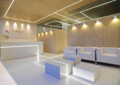 Las líneas de luz en el hall integran los elementos de mobiliario con la arquitectura