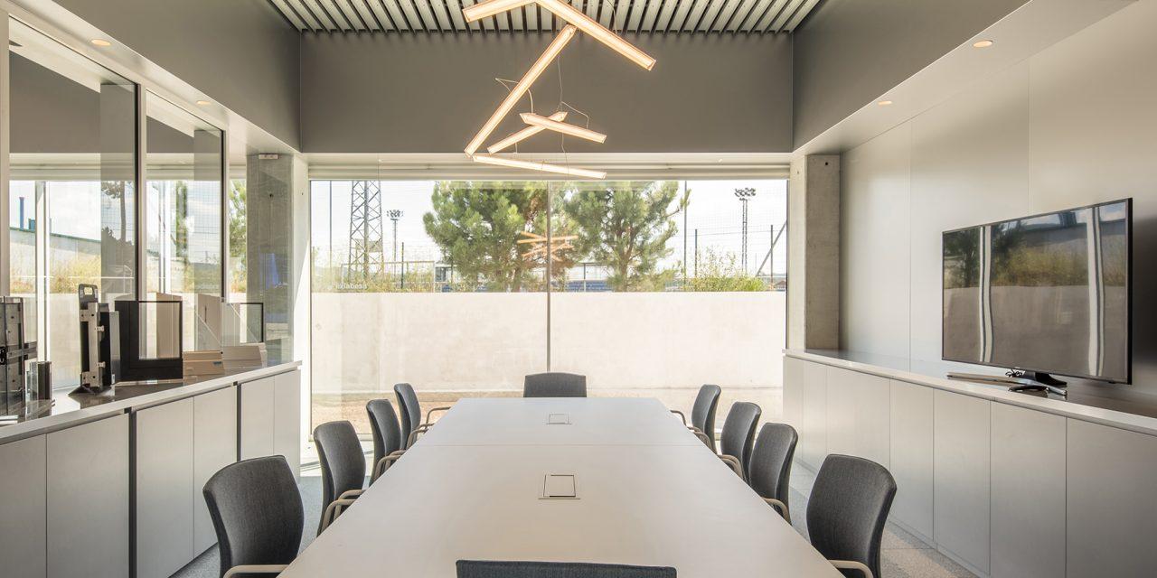 El sistema de corredera de estética minimalista S-LIM de exlabesa se renueva ofreciendo más resistencia en el nudo central y nuevas opciones de montaje