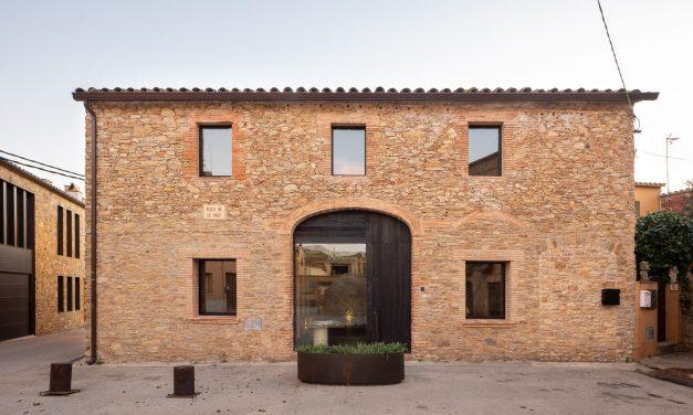 Nordest Arquitectura realiza su nuevo estudio en un antiguo pajar en Palau-Sator