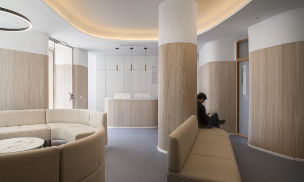 Interiorismo emocional y estética envolvente en una clínica dental, diseño de CM4 Arquitectos